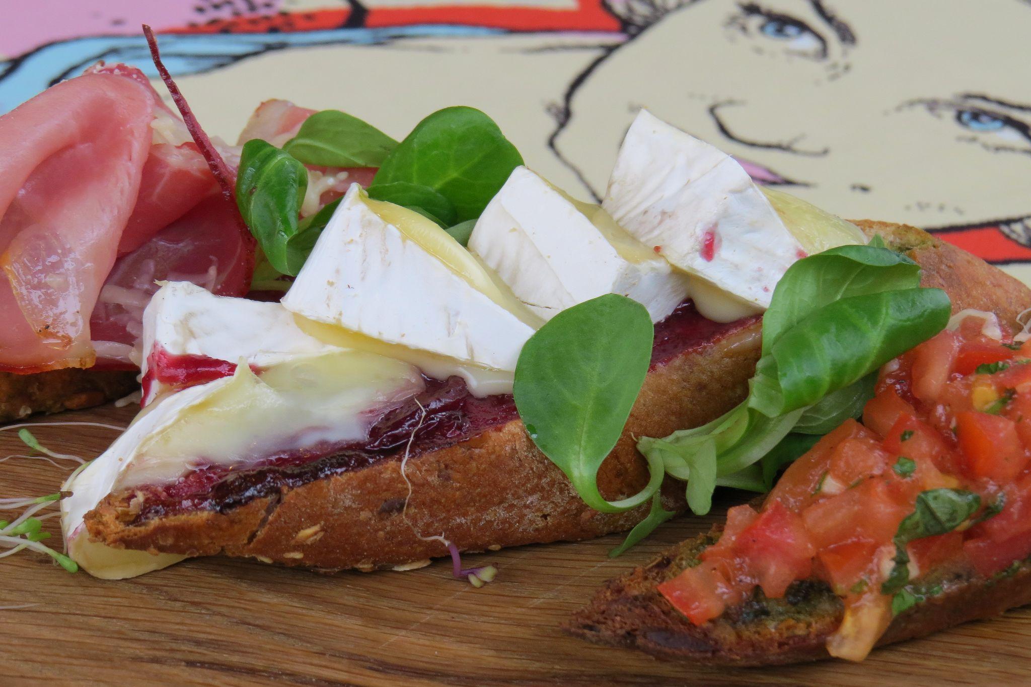 Bruschetta z szynką dojrzewającą, camembertem i pomidorkami marynowanymi z czosnkiem i bazylią z domowym pesto