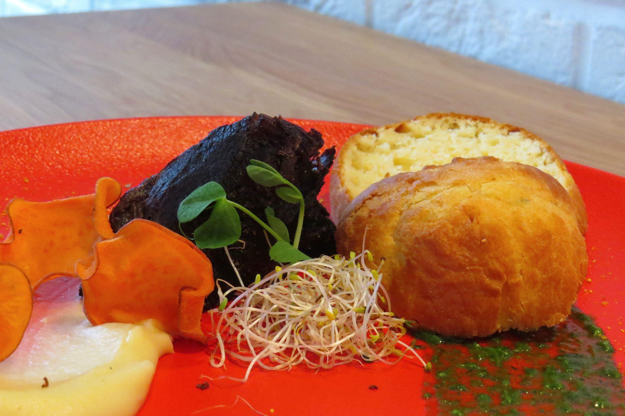 Polik wołowy- mus z pasternaka,-batat- briocha- roszponka- pesto z pietruszki