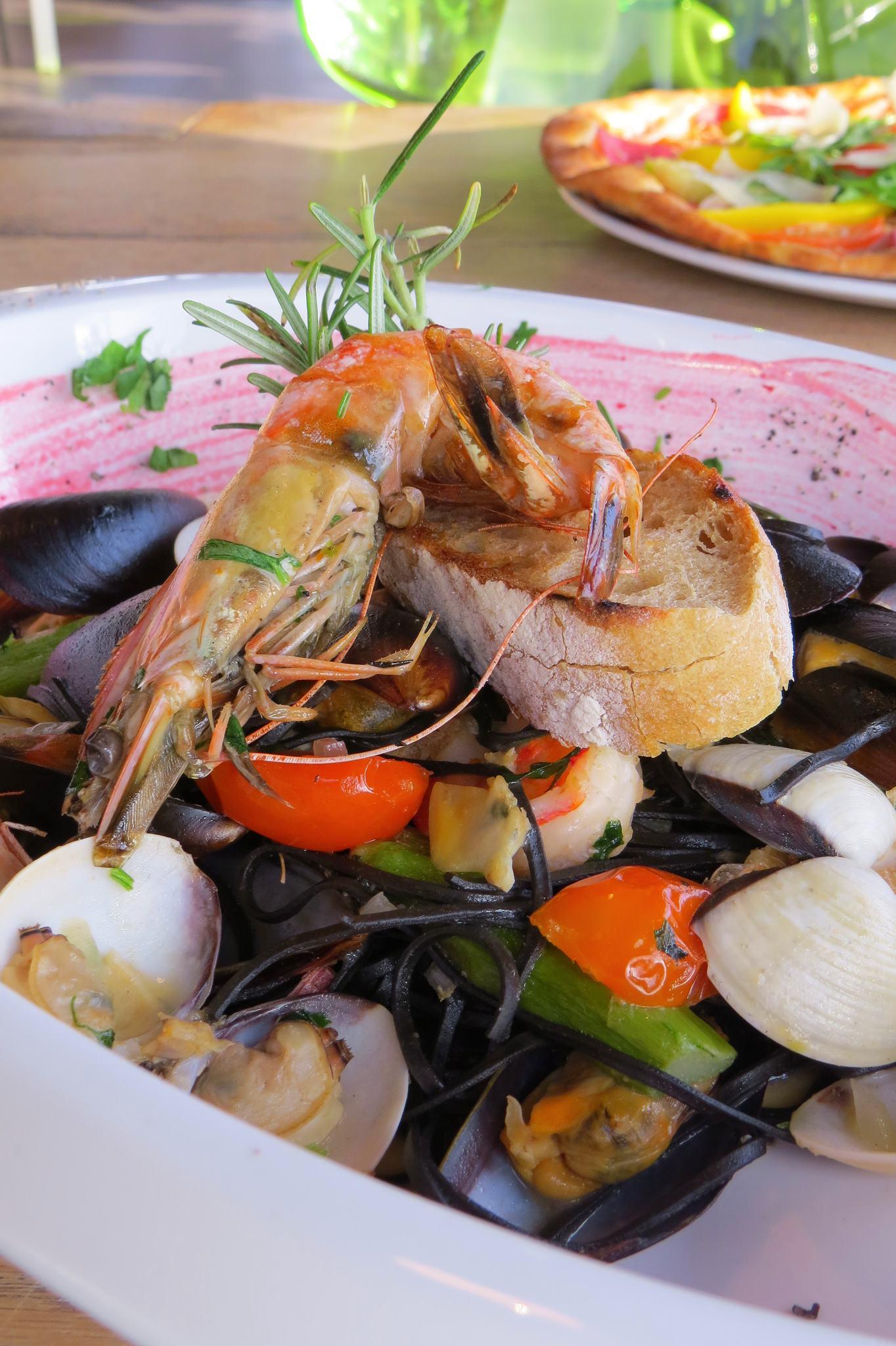 Tagliolini al nero di sepia - czarny makaron, owoce morza, czosnek