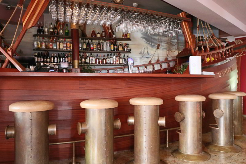 hotel robert's port bar