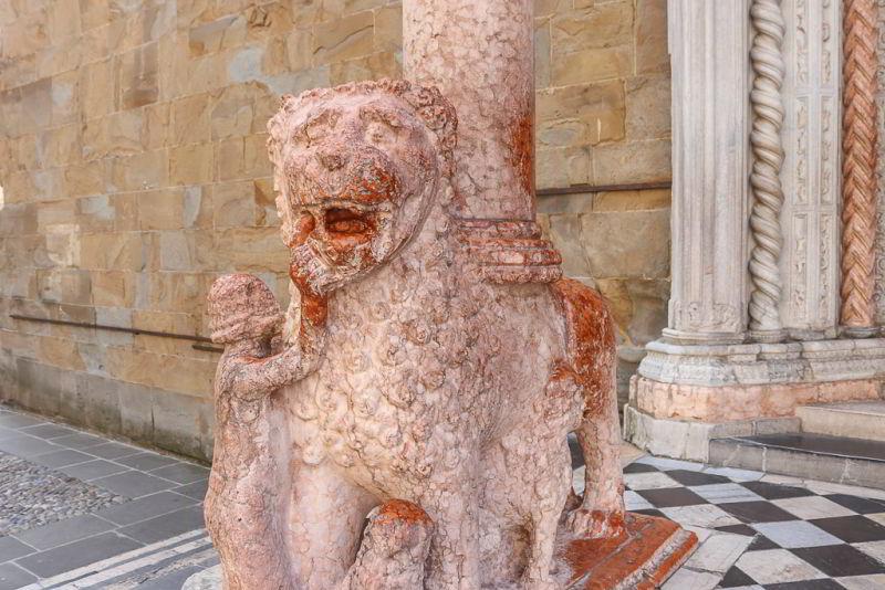 bergamo kamienne lwy przed bazyliką