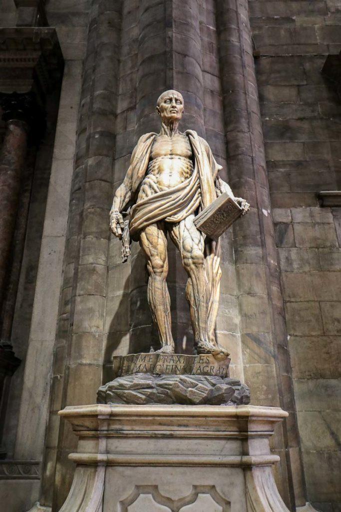 rzeźba świetego Bartłomieja Katedra w Mediolanie