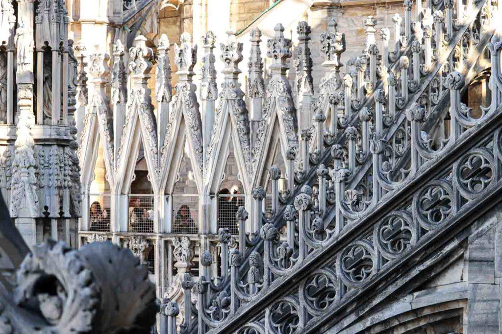 rzeźby na dachu katedry w Mediolanie