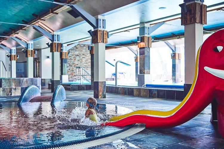 wakacje z dziećmi basen zjeżdżalnia