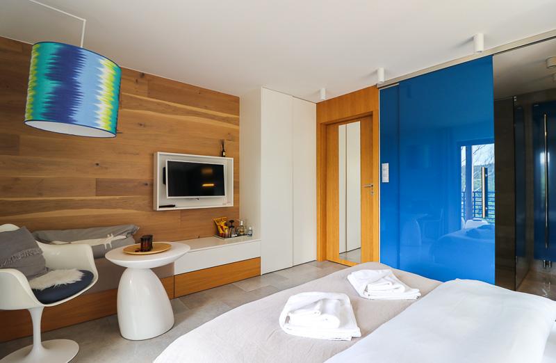 pokój niebieski w zimowym domku
