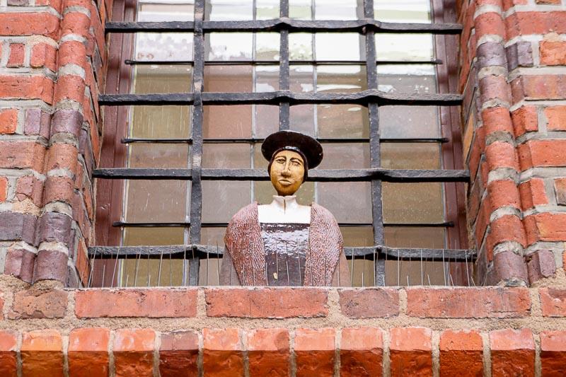toruń atrakcje figurki na oknach