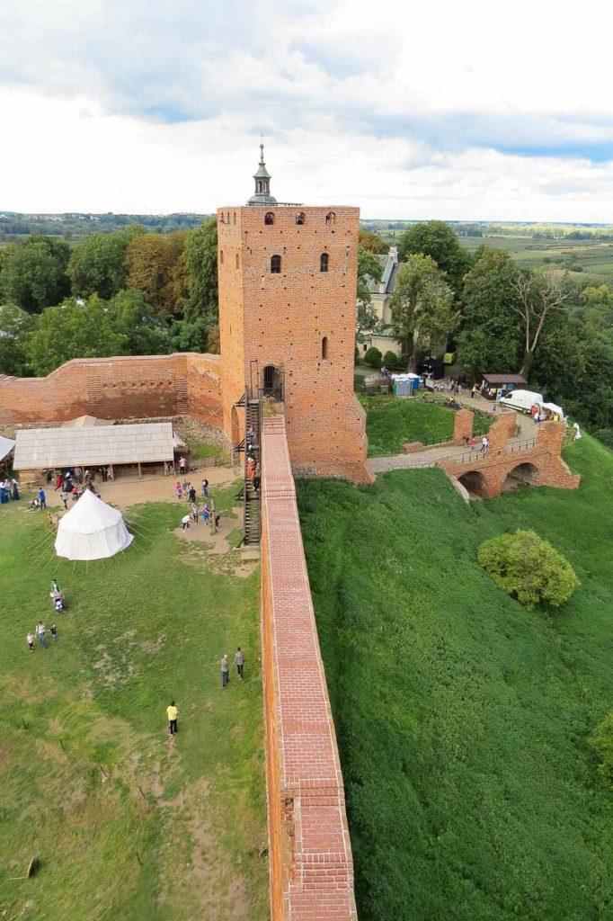 Zamek w Czersku widok na wieżę bramną