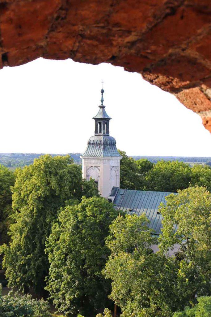 zamek w czersku widok na kościół
