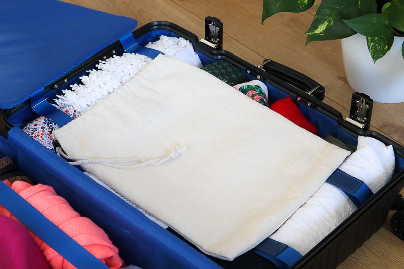 pakowanie walizki worek na brudną bieliznę