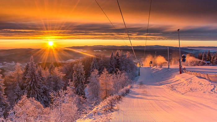 święta w górach widok na stok narciarski
